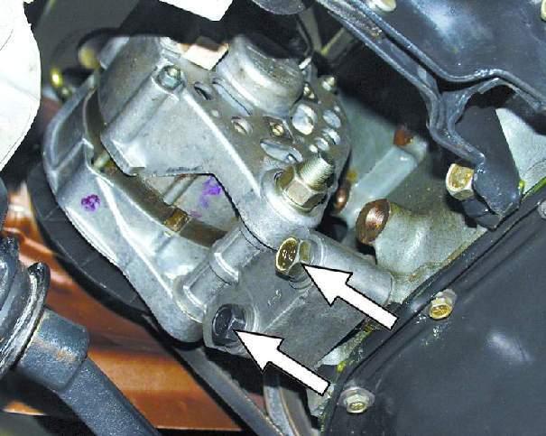 Снизу моторного отсека отверните два болта